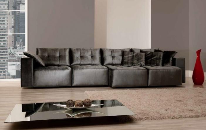 Sofá fixo com assento através de percinta elástica, com espumas em densidades variadas e compostas em camadas, com uma camada de fibra poliéster. As almofadas do encosto são soltas e o preenchimento é de fibra siliconizada.