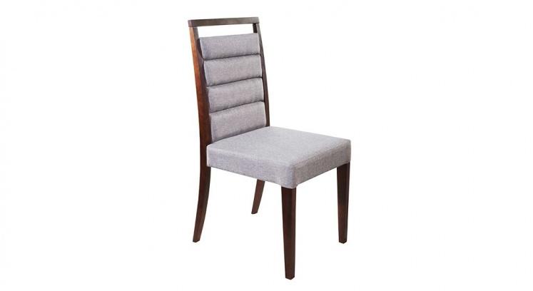 Cadeira estofada com diversos tecidos a escolha e estrutura em madeira