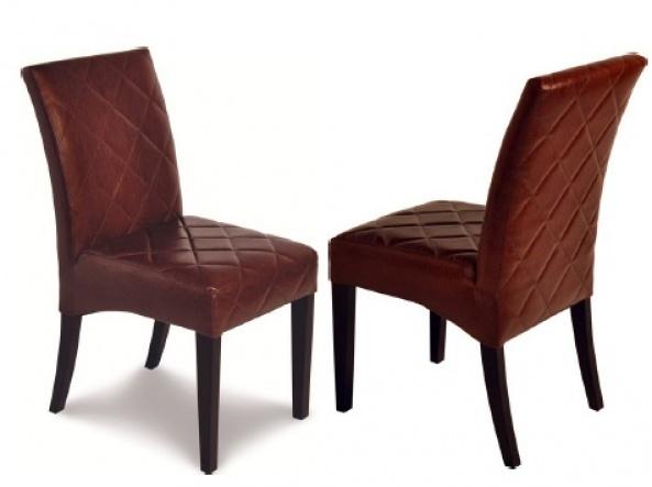 Cadeira revestida com tecido e espuma em todo encosto e assento.