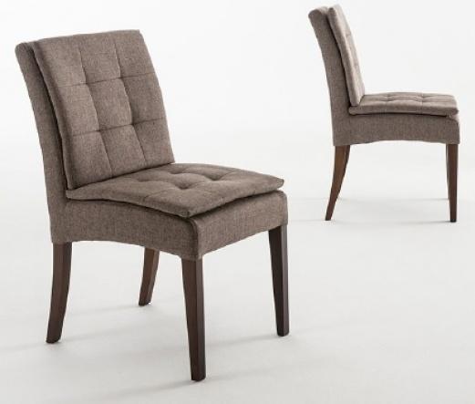 Cadeira revestida com tecido e espuma em todo encosto e assento com pillowtop.